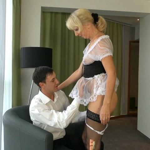 Geschäftsmann spritzt in Zimmermädchen