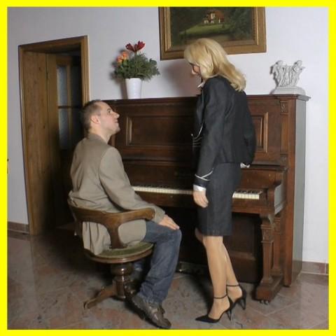 Klavierlehrerin benutzt reichen Sprößling(19)