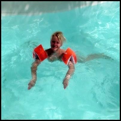 Teeny bekommt Schwimmunterricht