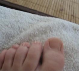 Zehen von süssen Füßen lackiert