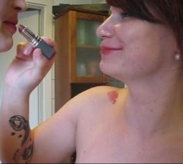 Lippenstiftverschmierte Küsse