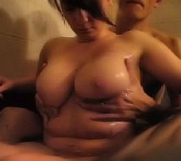 Tittenmassieren in Badewanne