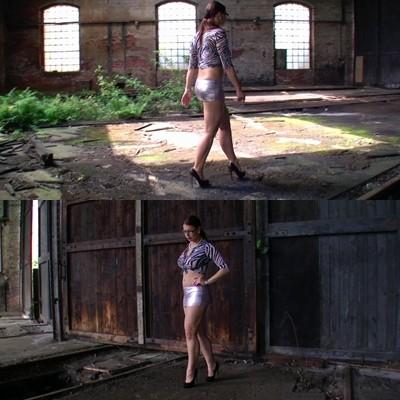 Mit Heels und Supermini in der Ruine
