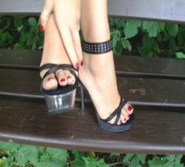 Meine neuen Heels und blutrote Fussnaegel