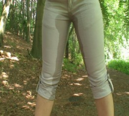 Outdoor in die Jeans gepisst