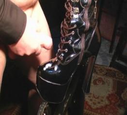 Sperma auf die Stiefel seiner Lady