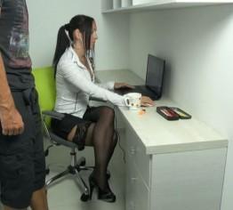 Kollege spritzt 2x hintereinander mitten im Büro in meine Löcher