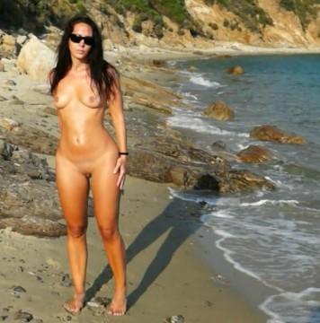 Strandtourist fickt mich während seine Frau an der Strandbar sitzt