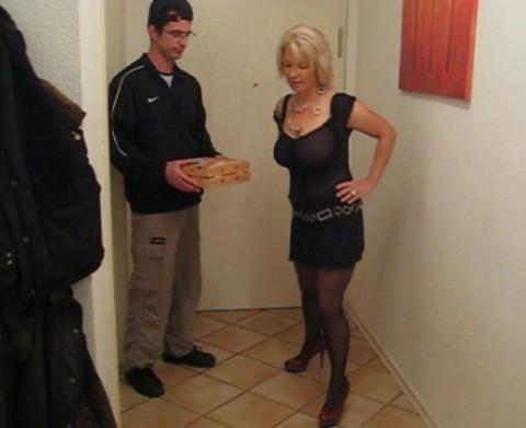 Pizzaboten verführt!!!!  Darf ich das?????