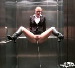 GEIL - Büro Bitch PISST dreist in den Aufzug!