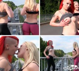 STAU Entertainment - Public Flashing rot blond