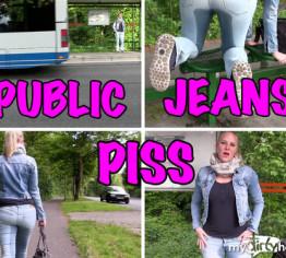 Public Jeans Piss an der Bushaltestelle