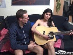 Gitarren-Schülerin bezahlt Unterricht mit Sex - kein Geld dabei...