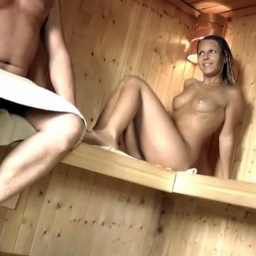 Schüchternen Bubi in der Sauna verführt
